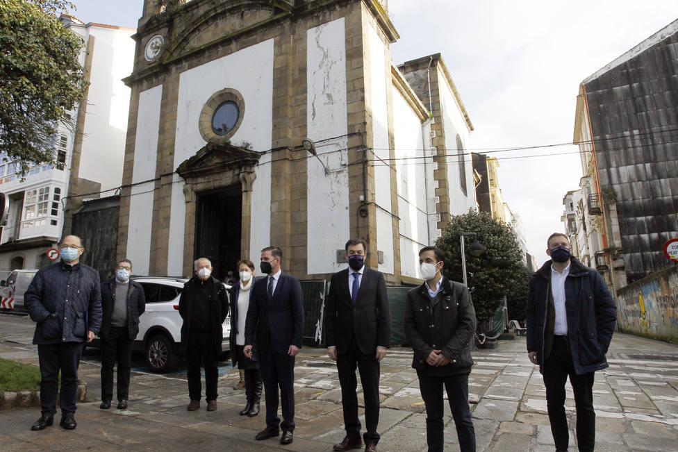 Los participantes en la visista a la iglesia de Dolores - FOTO: Xunta / Kiko Delgado