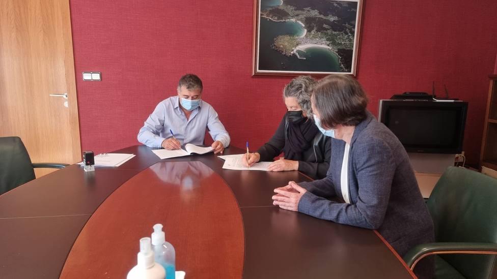 El alcalde, la presidenta de la entidad, Maribel Lorenzo, y la directora técnica, María José Fojo