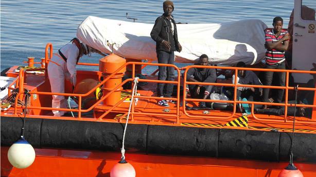 Imagen de archivo con personas rescatadas en las costas de Tarifa. EFE