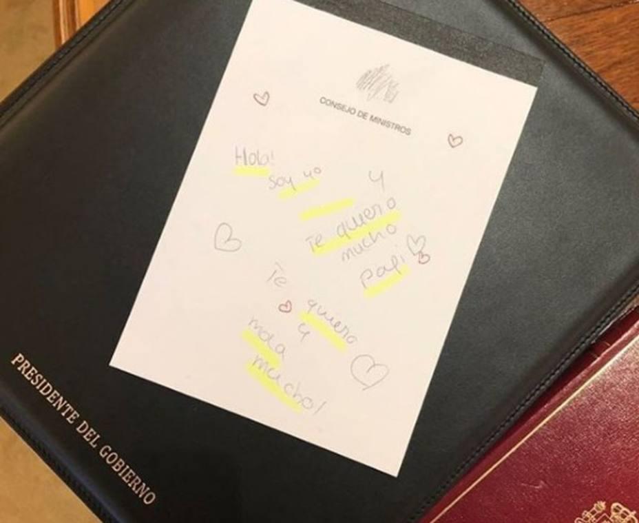 La tierna nota que han dejado las hijas de Sánchez a su padre en la mesa del Consejo de Ministros