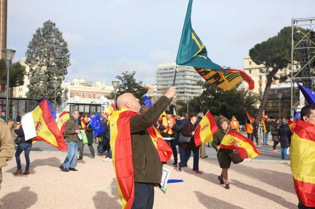 La plaza de Colón empieza a llenarse con asistentes que portan banderas de España
