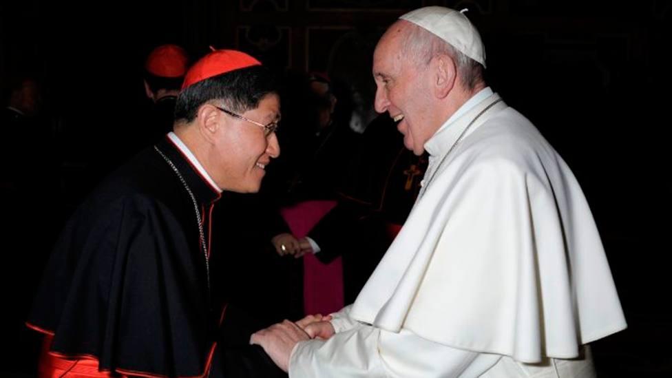 El Papa Francisco estrecha la mano del cardenal Tagle, presidente de Cáritas Internacional