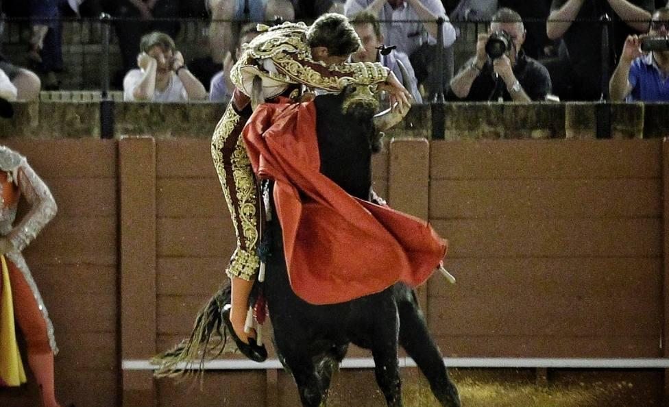 Momento de apuro de Parrita al entrar a matar al segundo novillo de la noche en Sevilla