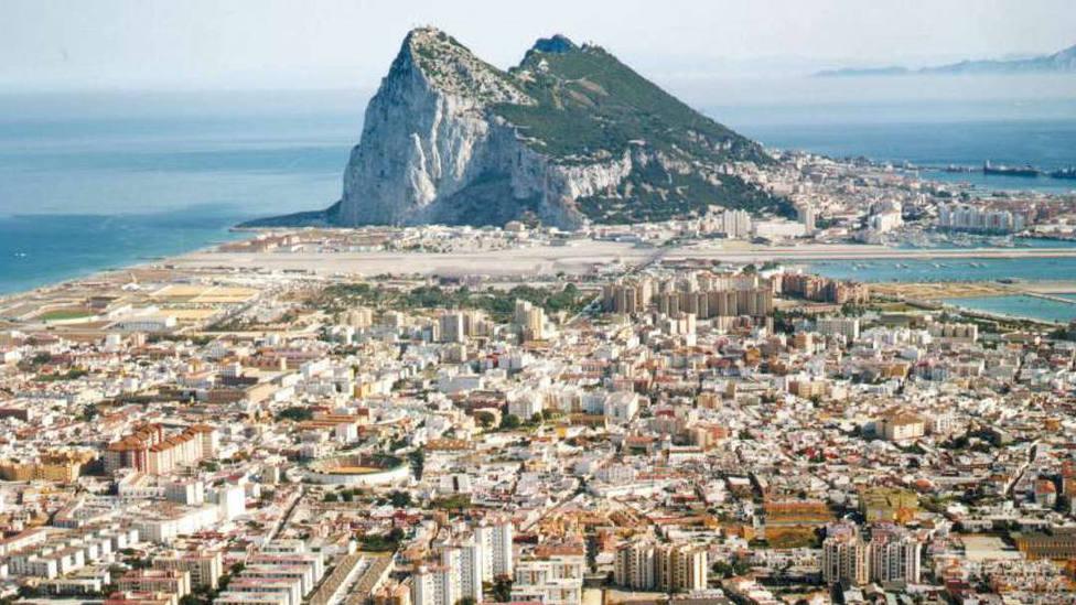 Reino Unido alerta a Gibraltar: un Brexit duro provocaría problemas en el traslado de alimentos