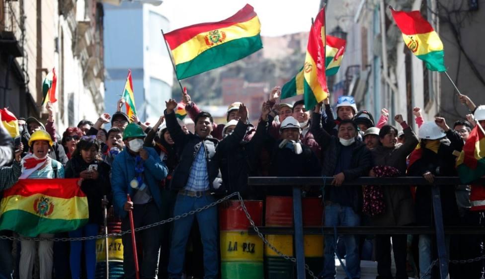 Grupos de manifestantes cercan una radio y una televisión estatal en Bolivia