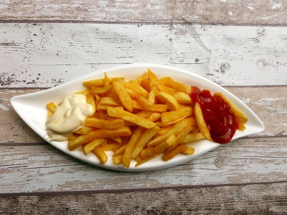 Unas patatas fritas con ketchup y mayonesa