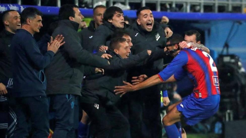 Jugadores del Eibar celebrando un gol de Esteban Burgos