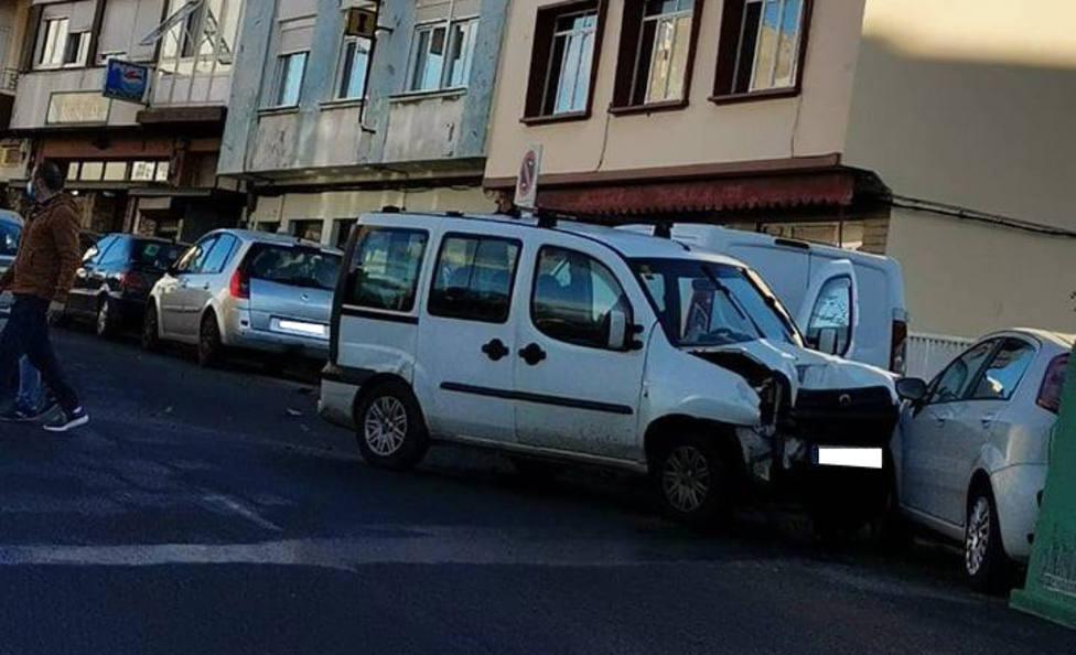 La furgoneta acabó colisionando con un turismo que estaba estacionado - FOTO: Tráfico Ferrolterra