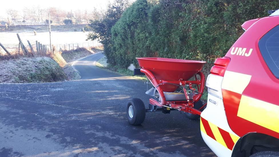 La esparcidora de sal por una carretera municipal - FOTO: Concello de Narón