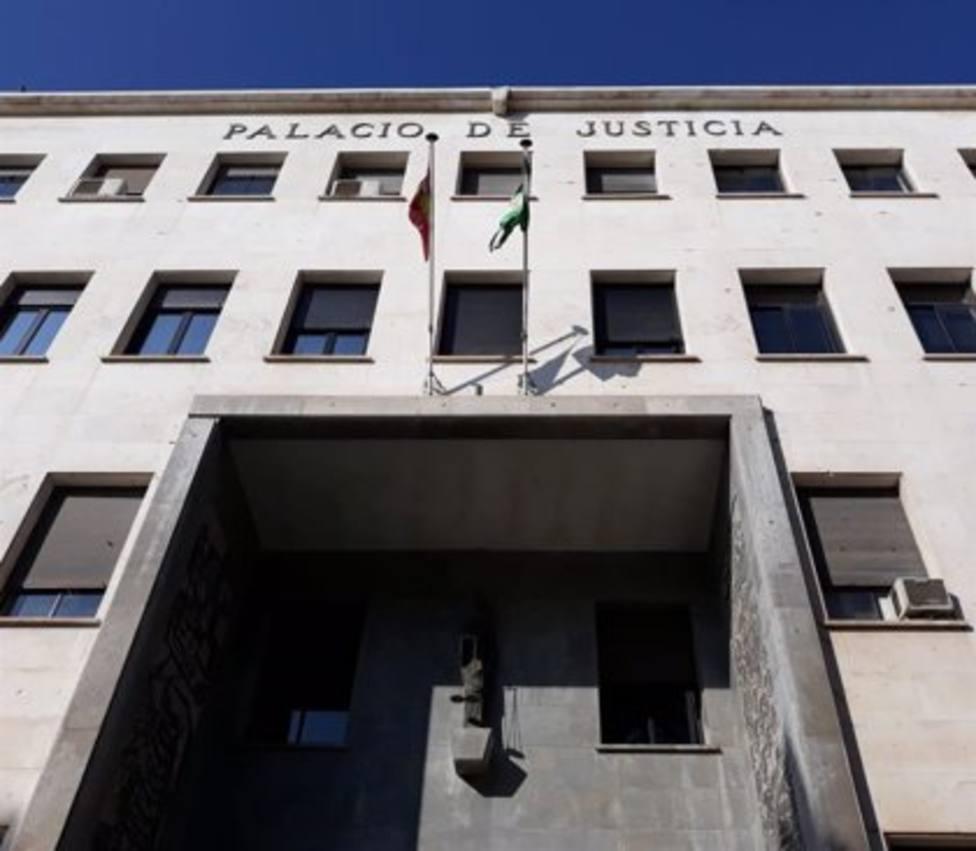 Condenado en Almería por robar dos jamones tras lanzar una tapa de alcantarilla contra la puerta de la tienda