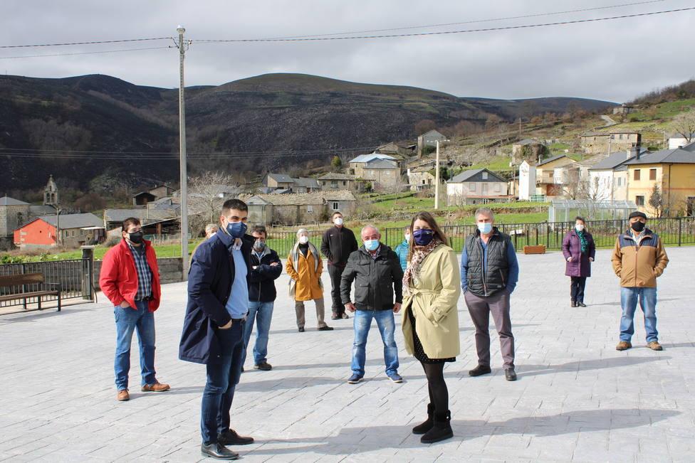 Vecinos de Castiñeira en la plaza rehabilitada, acompañando a la alcaldesa y al delegado provincial.
