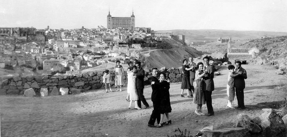 Toledanos bailando en el Valle hacia 1925-1930. Colección de Javier Felage