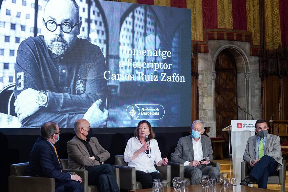 Josep Cuní, Sergi Doria, Antonia Kerrigan, Eduardo Mendoza y Sergio Vila-Sanjuán, en el homenaje a Carlos Ruiz