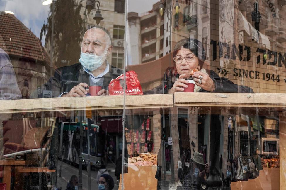 Israel enlaza un tercer día con más de cien casos y sopesa reimponer la mascarilla en espacios cerrados