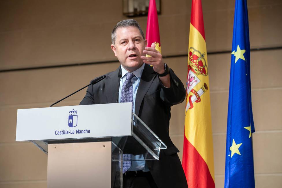 Emiliano García Page durante la presentación de las nuevas ambulancias del SESCAM