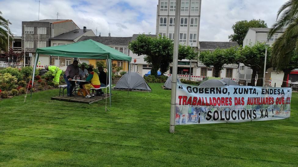 La acampada continúa frente al consistorio pontés. FOTO: CCOO