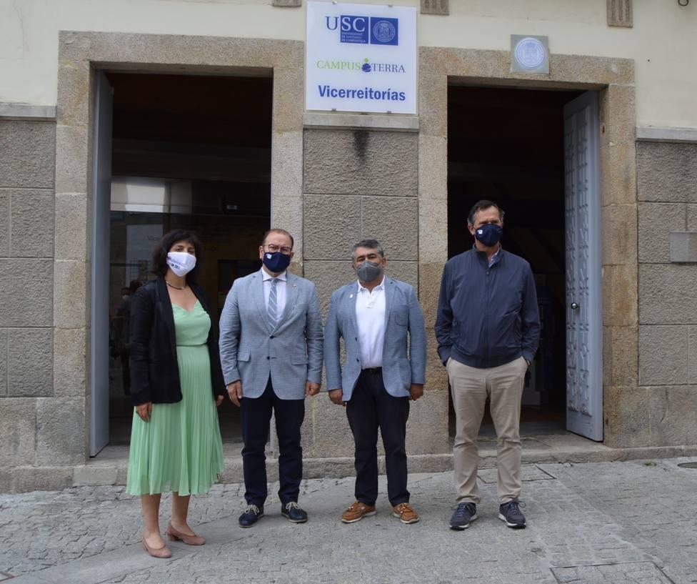 Los firmantes del acuerdo posan ante la sede de la Vicerrectoría del Campus de Lugo