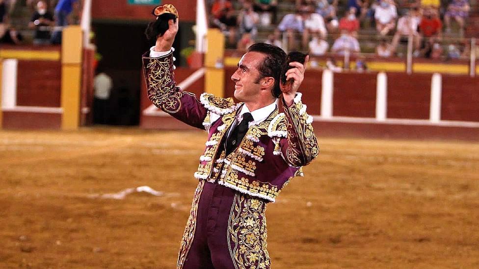 El Fandi, con dos de las cuatro orejas cortadas este viernes en Fuengirola (Málaga)