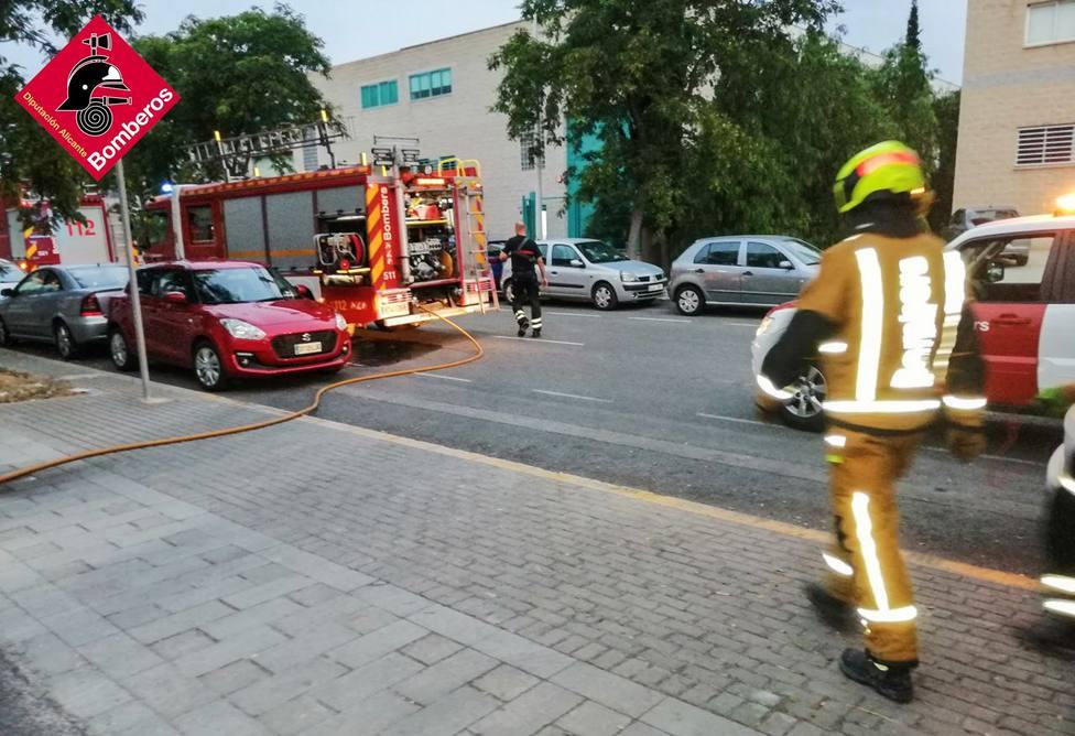 Sofocan un incendio en una fábrica de cirios del polígono de Torrellano