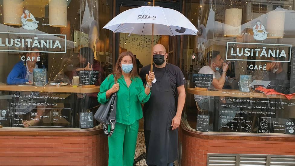 La ganadora, Chari Zapata, y Antón Salado, dueño de Café Lusitania de Ferrol. FOTO: Cites