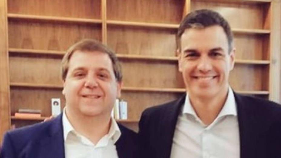 Juan Manuel Serrano junto a Pedro Sánchez en una foto de Twitter