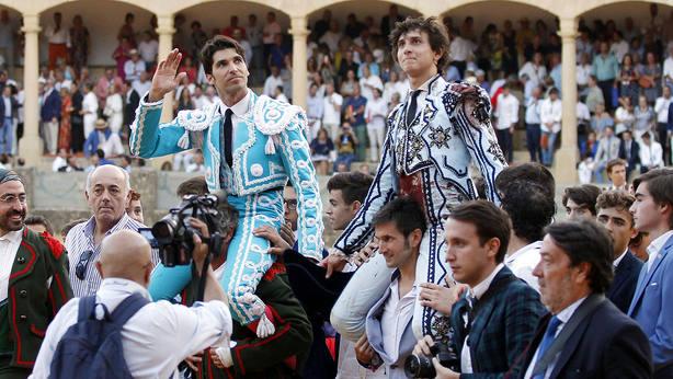 Cayetano y Roca Rey en su salida a hombros este sábado en Ronda
