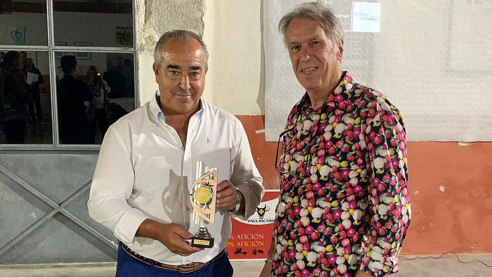 Jesús Hijosa, alcalde de Villaseca de la Sagra, recogiendo el premio de la Asociación Taurina Torería