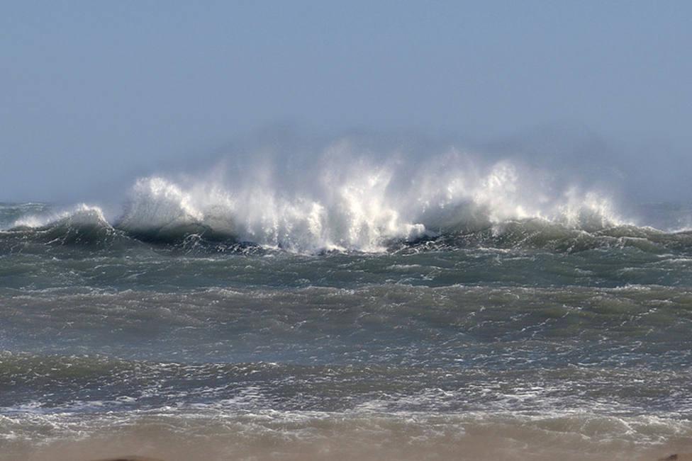 Grandes olas provocadas por el viento en el litoral cantábrico