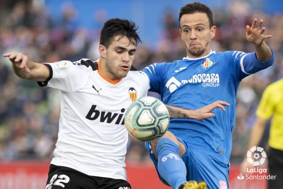 Maxi y Maksimovic pugnan por el balón