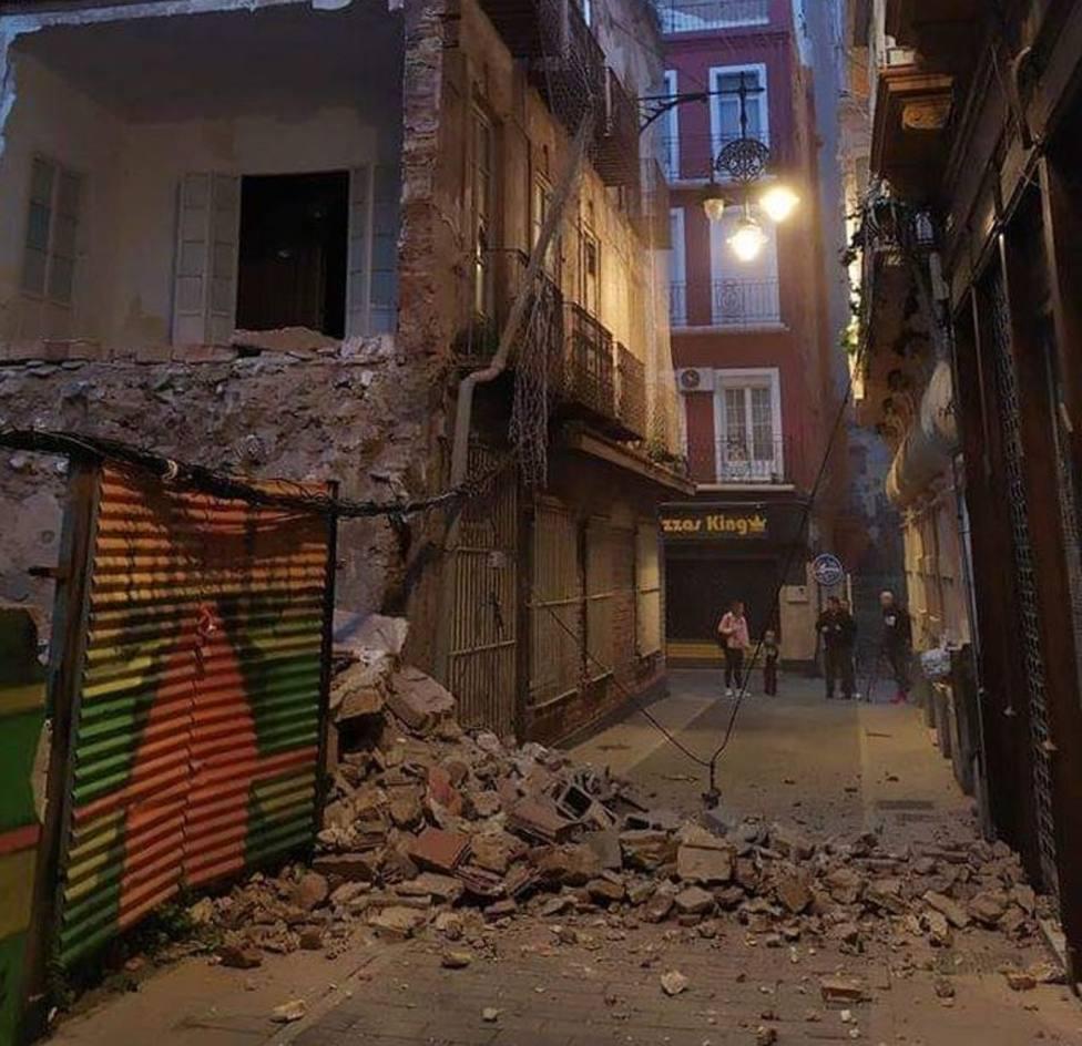 El derrumbe de un edificio obliga a cortar dos calles del Casco Antiguo