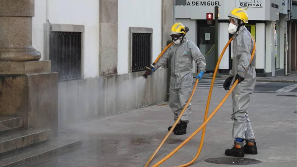 Bomberos de Ferrol en tareas de desinfección en la plaza de España - FOTO: Concello de Ferrol