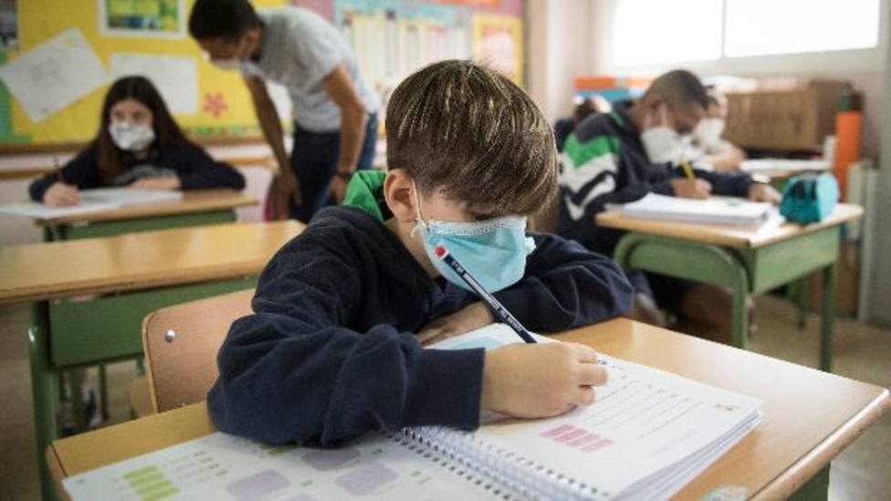 Niño con mascarilla en la escuela