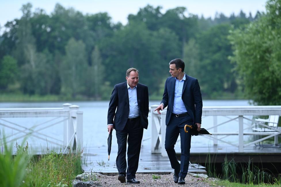 Pedro Sánchez y Stefan Löfven paseando por los alrededores de la residencia de verano del premier sueco