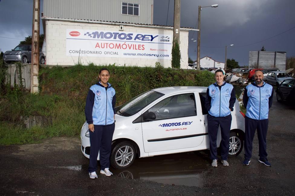 Dos de las jugadoras del Baxi Ferrol y el entrenador con el vehículo cedido por Motos Rey - FOTO: Baxi Ferrol
