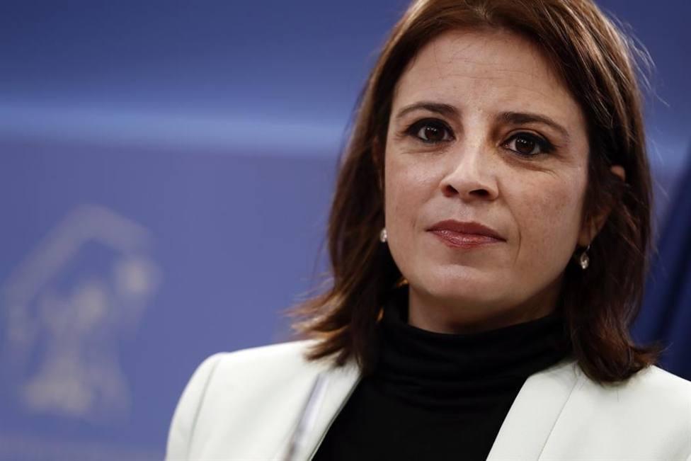 La portavoz del PSOE, Adriana Lastra, durante la rueda de prensa que ha ofrecido este martes en del Congreso.