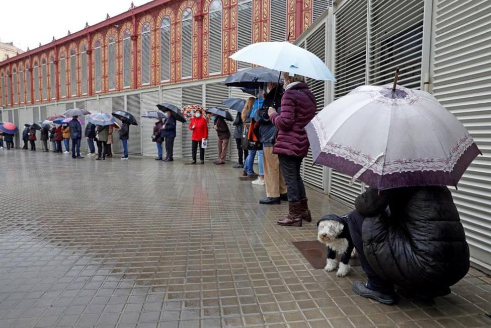 La lluvia frena la afluencia de votantes de primera hora en Barcelona