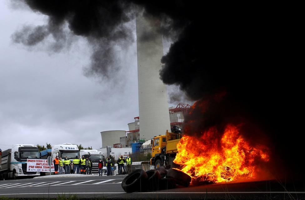 Barricadas en las proximidades de la central térmica de Endesa - FOTO: EFE / Kiko Delgado