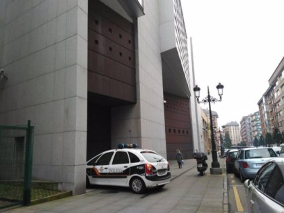 Coche de la Policía Nacional entrando en los juzgados de Oviedo