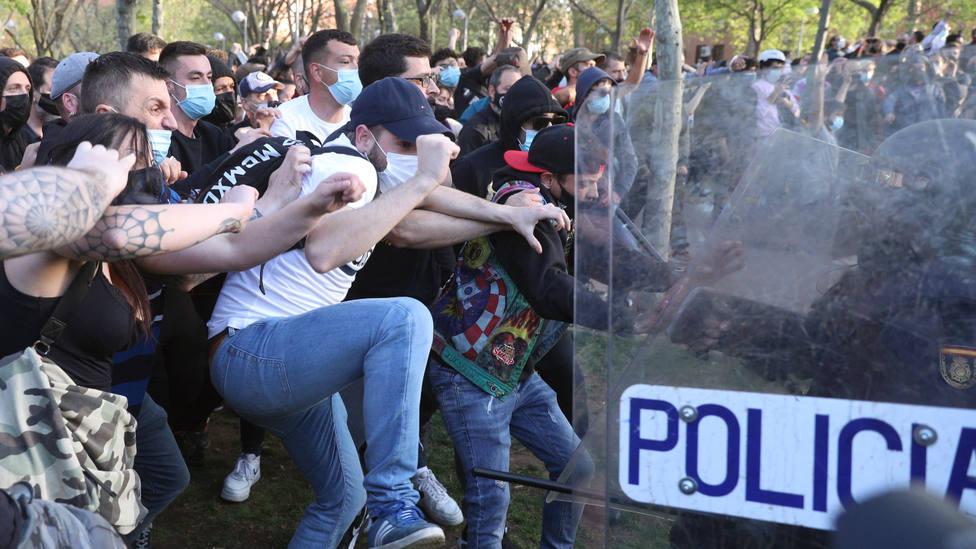 Al menos dos detenidos y trece heridos tras los disturbios del acto de VOX en Vallecas