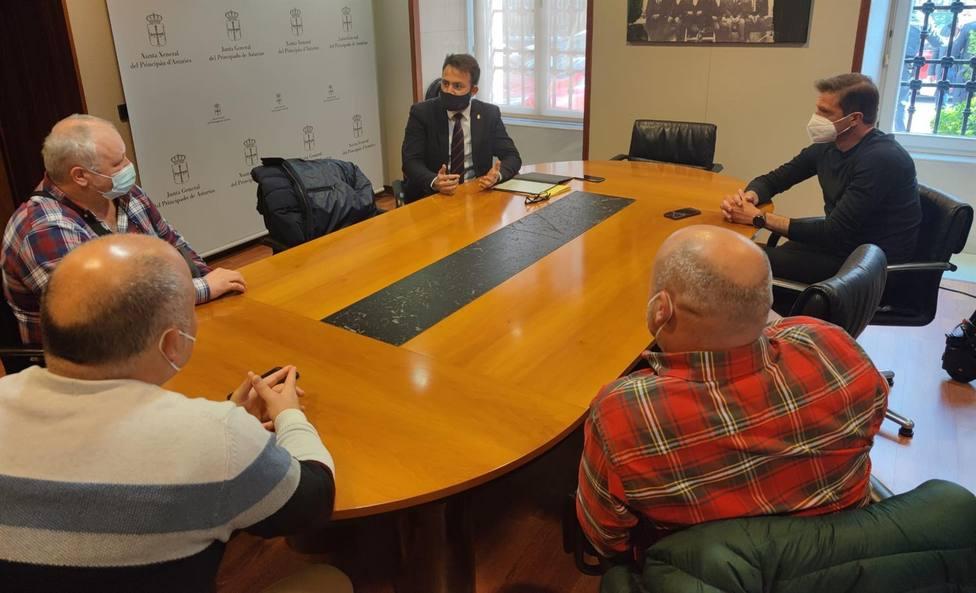 Foto reunión PP y trabajadores de Alu Ibérica (Europa Press)