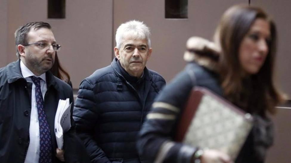 El alcalde de Somiedo, Belarmino Fernández, acudiendo a la Audiencia Provincial