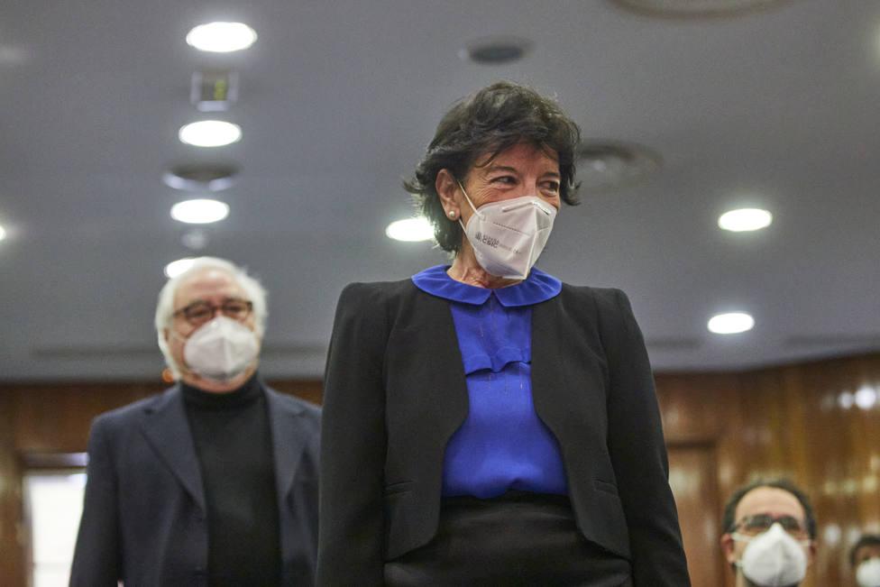 Celaá ha recibido su primera dosis de la vacuna en un centro de salud madrileño