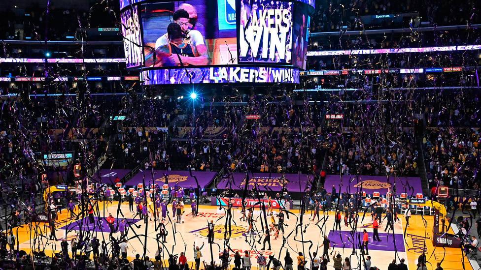 La fiesta en el Staples Center tras la clasificación de Los Angeles Lakers para el play-off de la NBA