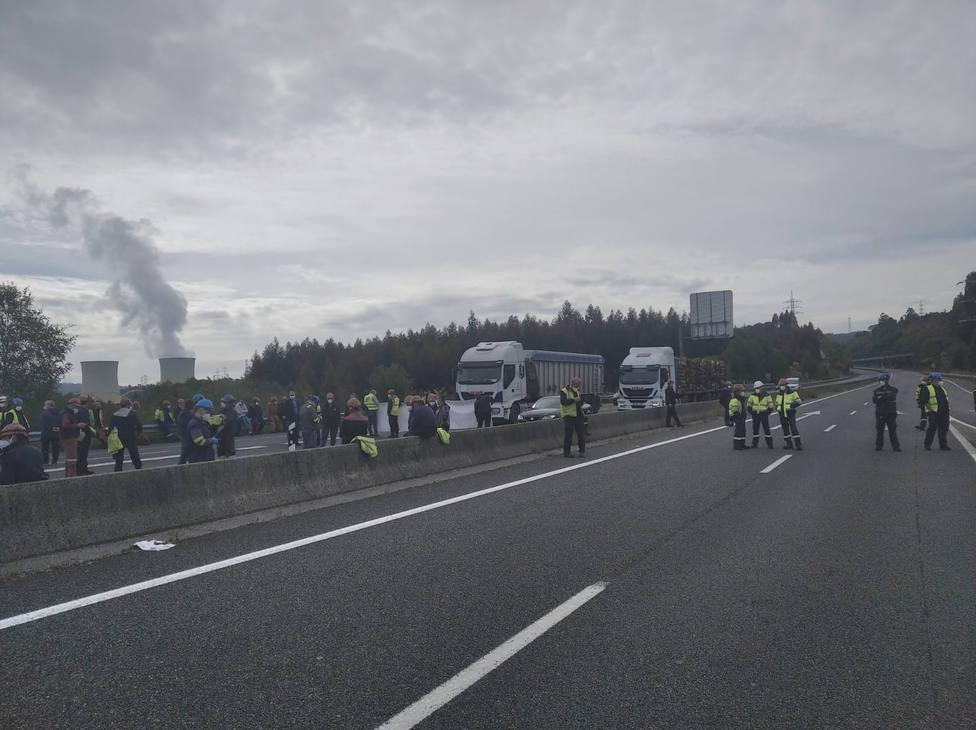 Los operarios de Endesa y de las auxiliares cortaron el tráfico en la autovía AG-64 - FOTO: Cedida