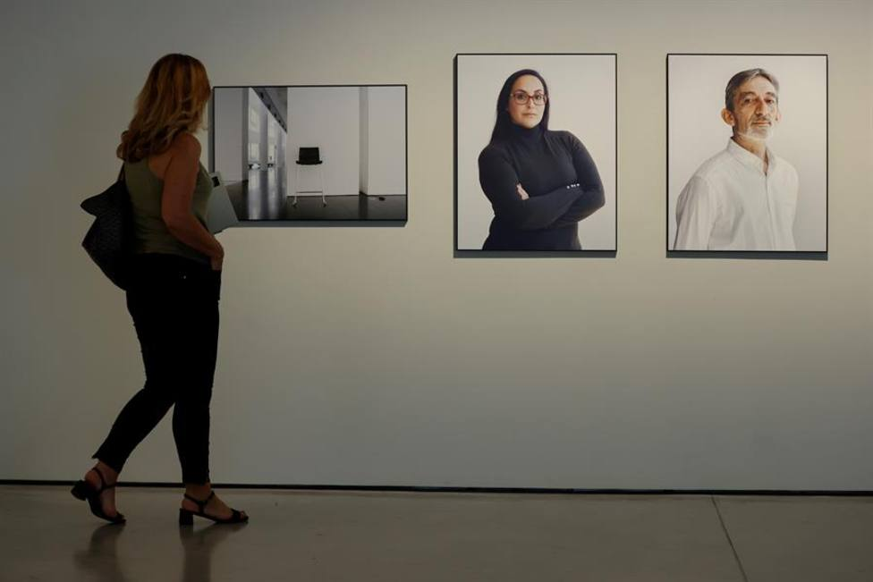 Una mujer admirando una exposición en un museo