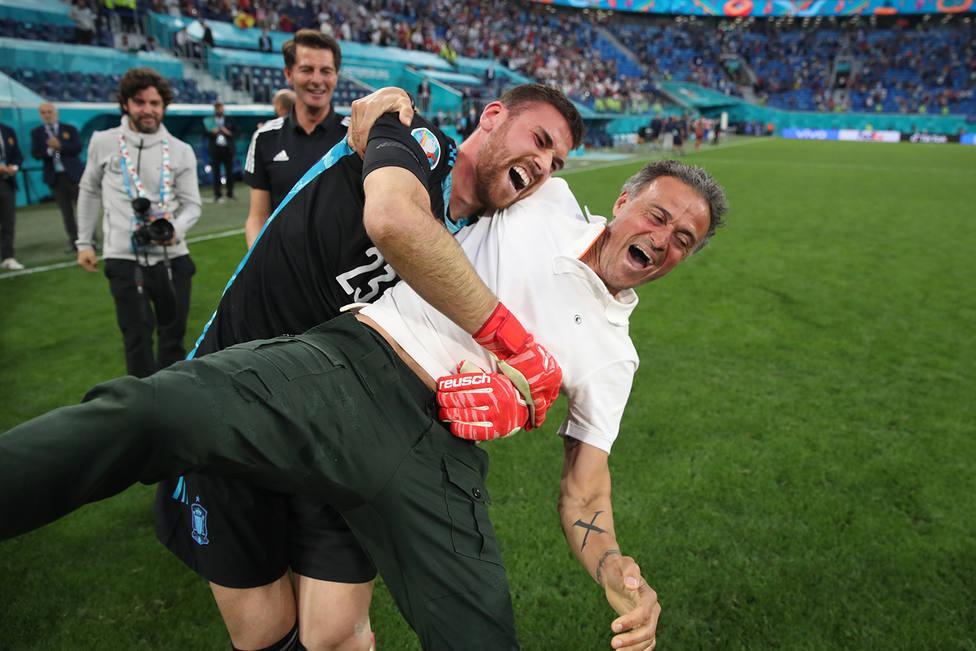 Unai Simón y Luis Enrique celebran el pase a semifinales (Foto: RFEF)
