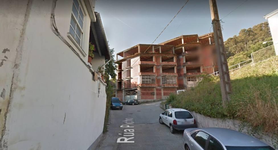 La calle Picho en Pontedeume y el edificio abandonado del que se pudo haber precipitado la joven