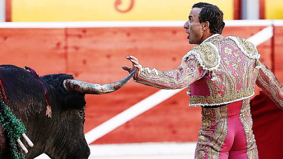 Rafaelillo en un desplante ante un toro de Miura en Pamplona