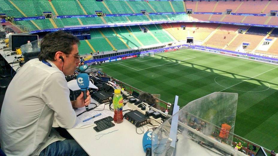 Paco González, director de Tiempo de Juego, en el estadio de San Siro (Milán)