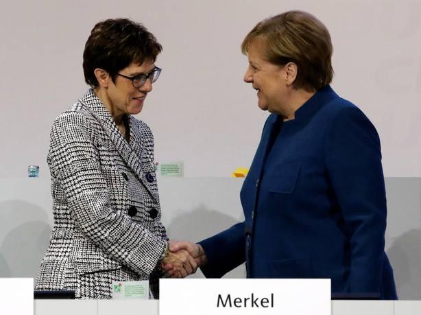 La CDU se queda en el centro y elige a Kramp-Karrenbauer para suceder a Merkel